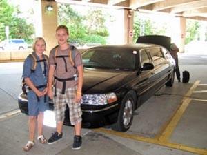 Kinder stehen vor einem Auto in der Hoteleinfahrt - Kanada Highlights