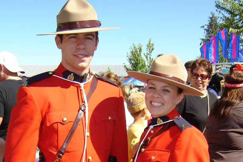 Zwei Mounties in Uniform