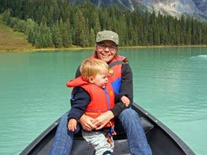 Mutter und Kind fahren Boot auf einem See
