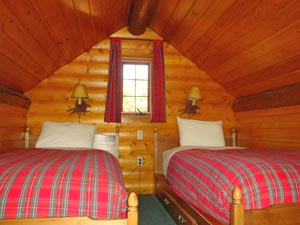 Ein Zweibettzimmer mit viel Holz