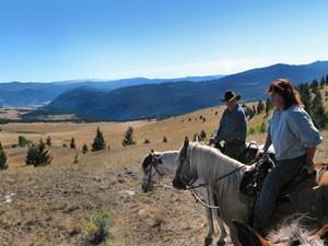 Pferde und Reiter in der weiten Ebene - Ranch British Columbia