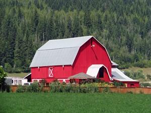 Ein großes, rotes Landhaus