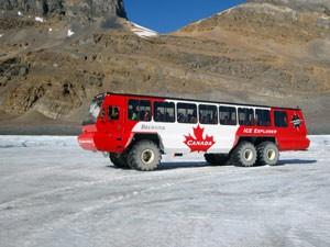 Ein Raupenfahrzeug auf dem Gletscher