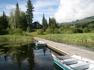 Ein See mit Steg und Ruderbooten