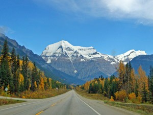 Eine Straße mit schneebedeckten Bergen im Jasper Nationalpark