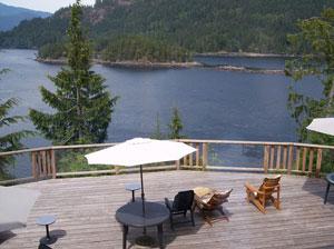 Eine Terrasse mit Blick über den See