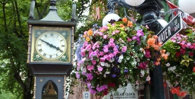 Ein Straßenschild mit Blumen in Vancouver