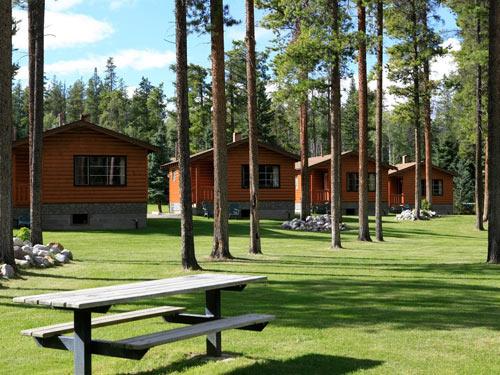 Häuschen hinter Bäumen mit einem Picknicktisch
