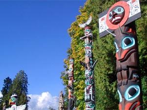 Bunte Totempfähler vor blauem Himmel - mit dem Fahrrad durch Vancouver