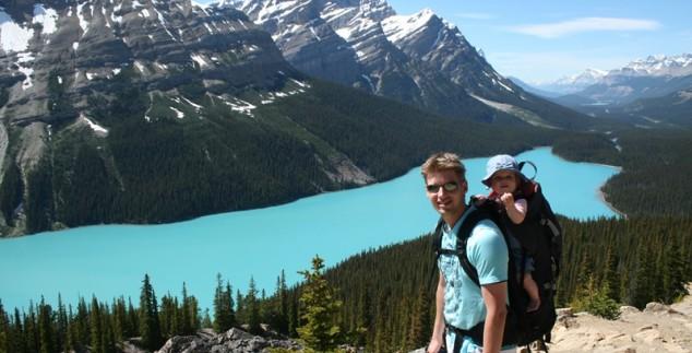 Ein Vater mit Baby vor einem See in Banff