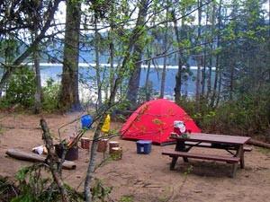 Ein Zelt auf dem Wildniscampingplatz - Kanada Rundreise mit Kindern