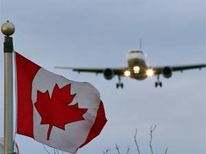 Die Kanada-Flagge mit Flugzeug im Hintergrund