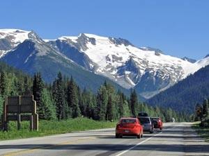 Autos fahren in der Berglandschaft