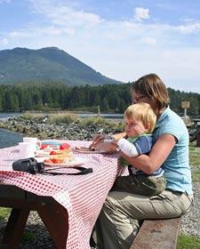 Eine Mutter mit Ihrem Kind beim Essen.