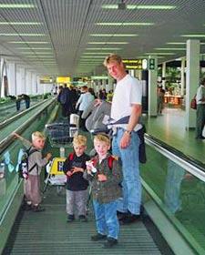 Eine Familie am Flughafen