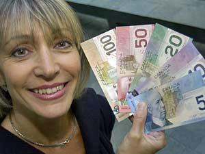 Eine Frau mit kanadischen Dollar