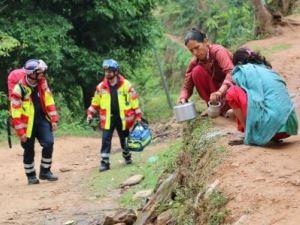 Helfer und Einheimische am Strassenrand