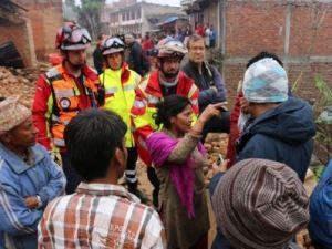 Frau von Helfern und Männern umgeben erzählt etwas