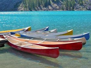 Kanus liegen auf einem blauen See.
