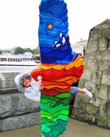 Ein Mädchen vor einer Skulptur