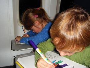 Zwei Kinder malen im Flugzeug