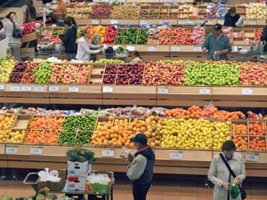 Die große Obst- und Gemüseabteilung im Supermarkt in Kanada