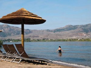 Strand am Hotel in Osoyoos