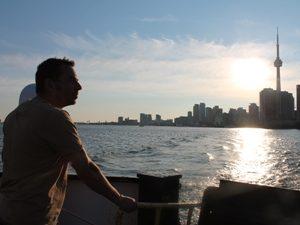Mann bei Sonnenuntergang auf Boot