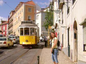 Lissabon gele tram oude wijk